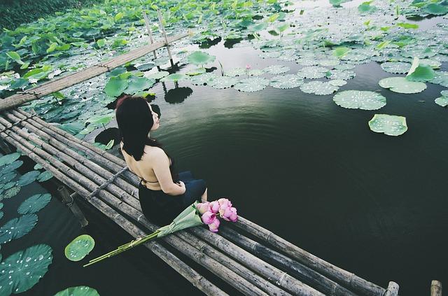蓮池の女性