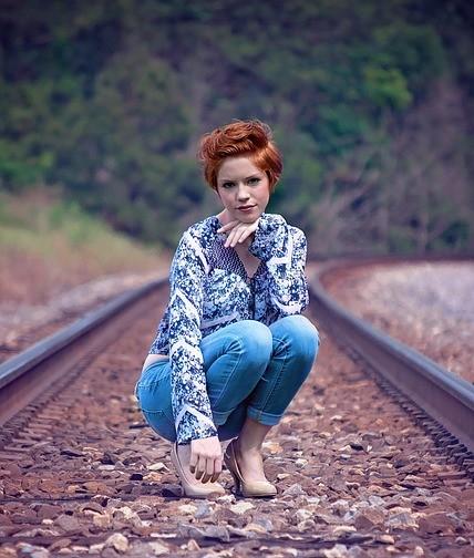 線路の上の女性